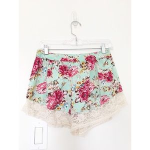 BAND of GYPSIES Sz XS Floral Lace Trimmed Shorts